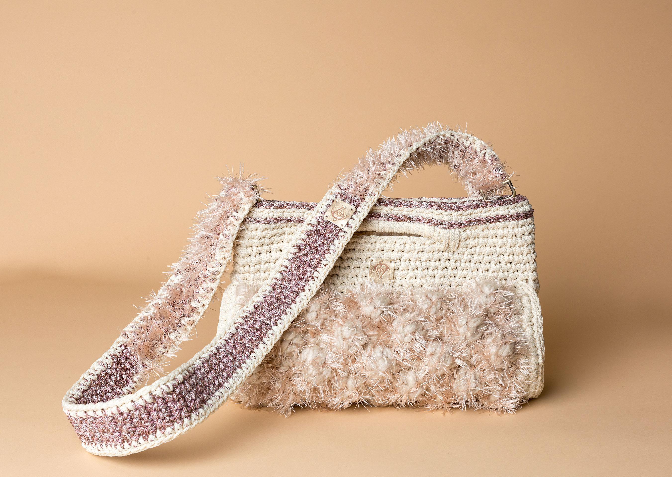 knitted handbag in off white