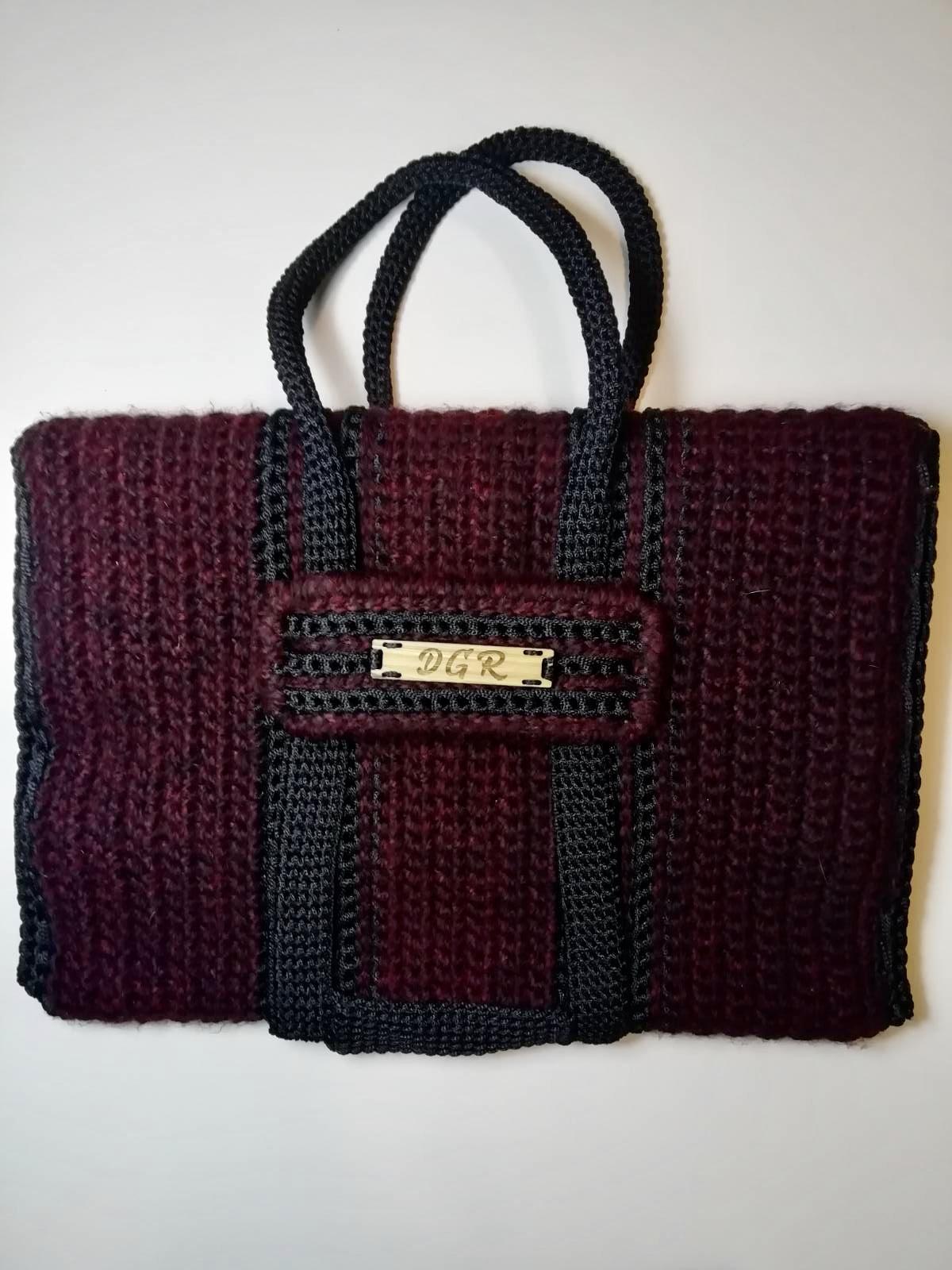 """Curly Horse"" crochet Bag in bordeaux/black"
